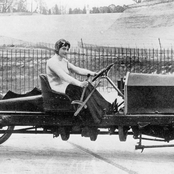 Miss Dorothy Levitt, in a 26hp Napier, Brooklands, 1908. In 1903 she won her class at the Southport Speed Trials. In 1906 she broke the women's world speed record recording a speed of 96mph. [ Rechtehinweis: picture alliance//HIP ]